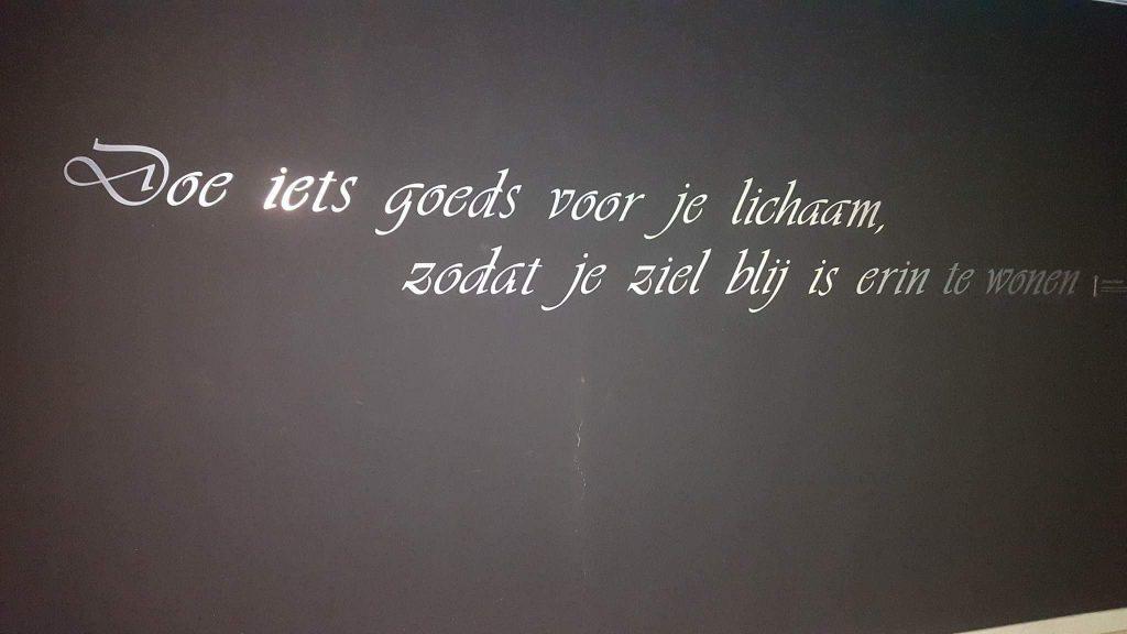 Tekst op de wand bij Thermen Bussloo in Voorst