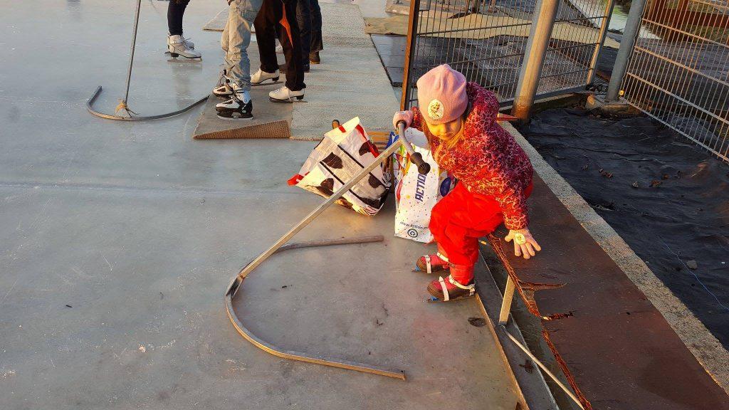 schaatsen op natuurlijs met je kind ijsbaan opstaan lastig rekje Lisette Schrijft