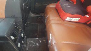 verf in auto auto is een vuilsnisbak wasstraat