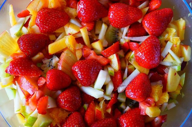 De kraamverzorgster maakt fruit in de kraamtijd Lisette Schrijft