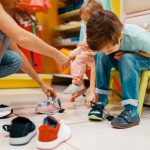 Schoenen kopen met je kind: zo los ik deze verschrikking op
