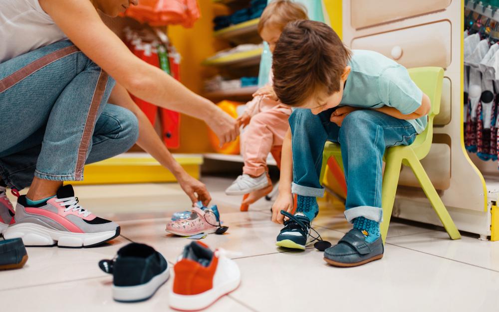 schoenen kopen met je kind shutterstock
