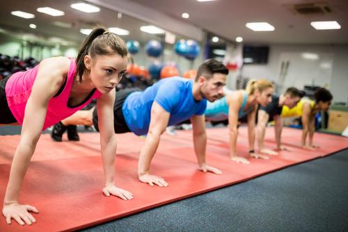 planken op de sportschool bij fitness is zwaar Lisette Schrijft