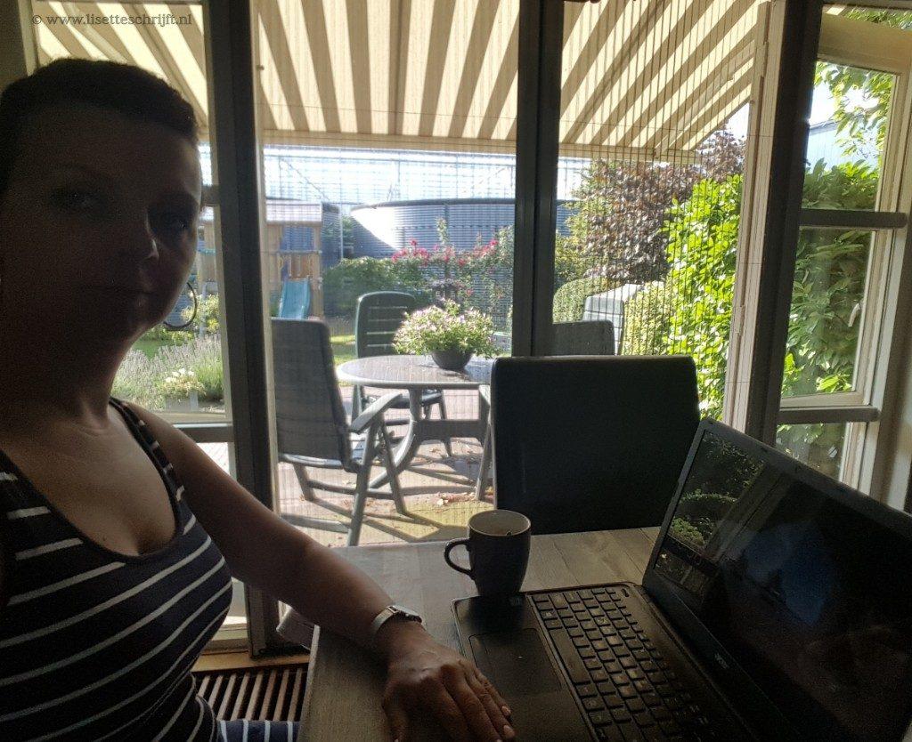 bloggen is lekker thuiswerken bijna zomervakantie aan de eettafel Lisette Schrijft