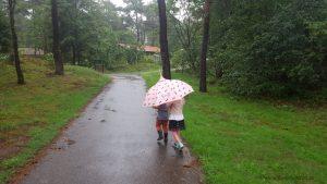 paraplu mee op vakantie in Nederland is belangrijk Lisette Schrijft