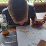 kind krijgt de slappe lach in een restaurant en spuugt appelsap uit