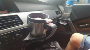 koffie drinken in de auto met een thermosbeker Lisette Schrijft