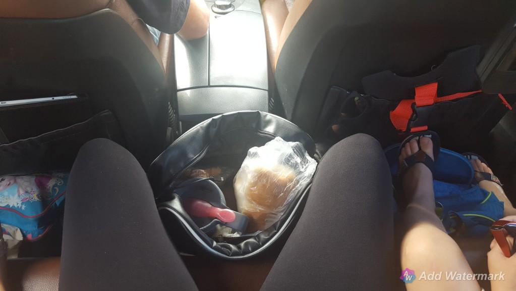 op autovakantie naar Duitsland achterin ziten met tassen bij je benen Lisette Schrijft