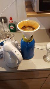 glamping koffiezetapparaat is er niet dus met de hand koffie zetten kamperen Lisette Schrijft