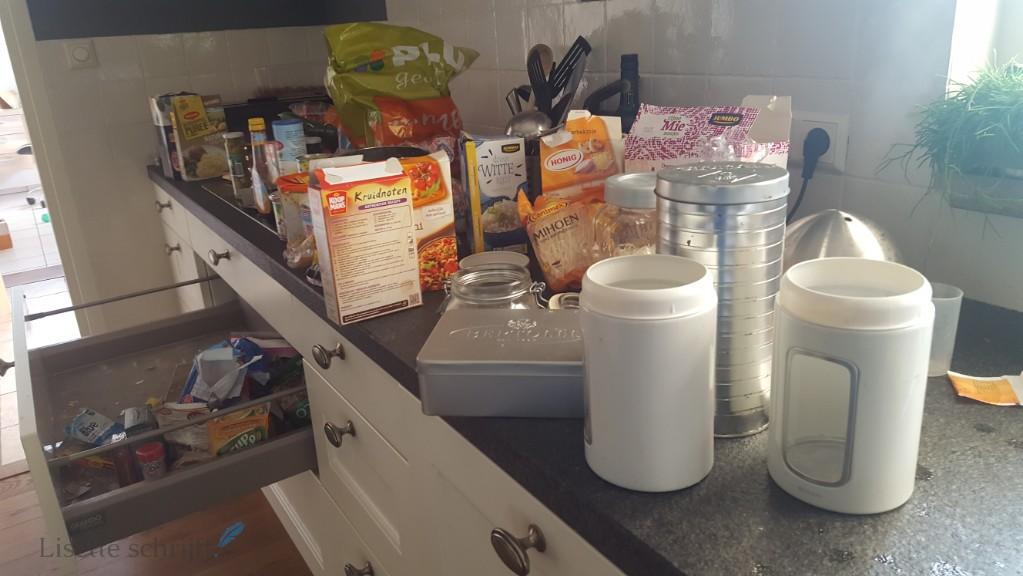 beschuitblikken en koekblikken in de keuken Lisette Schrijft