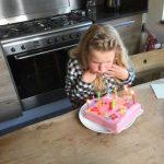 er is een kind jarig en die krijgt een oude taart Lisette Schrijft