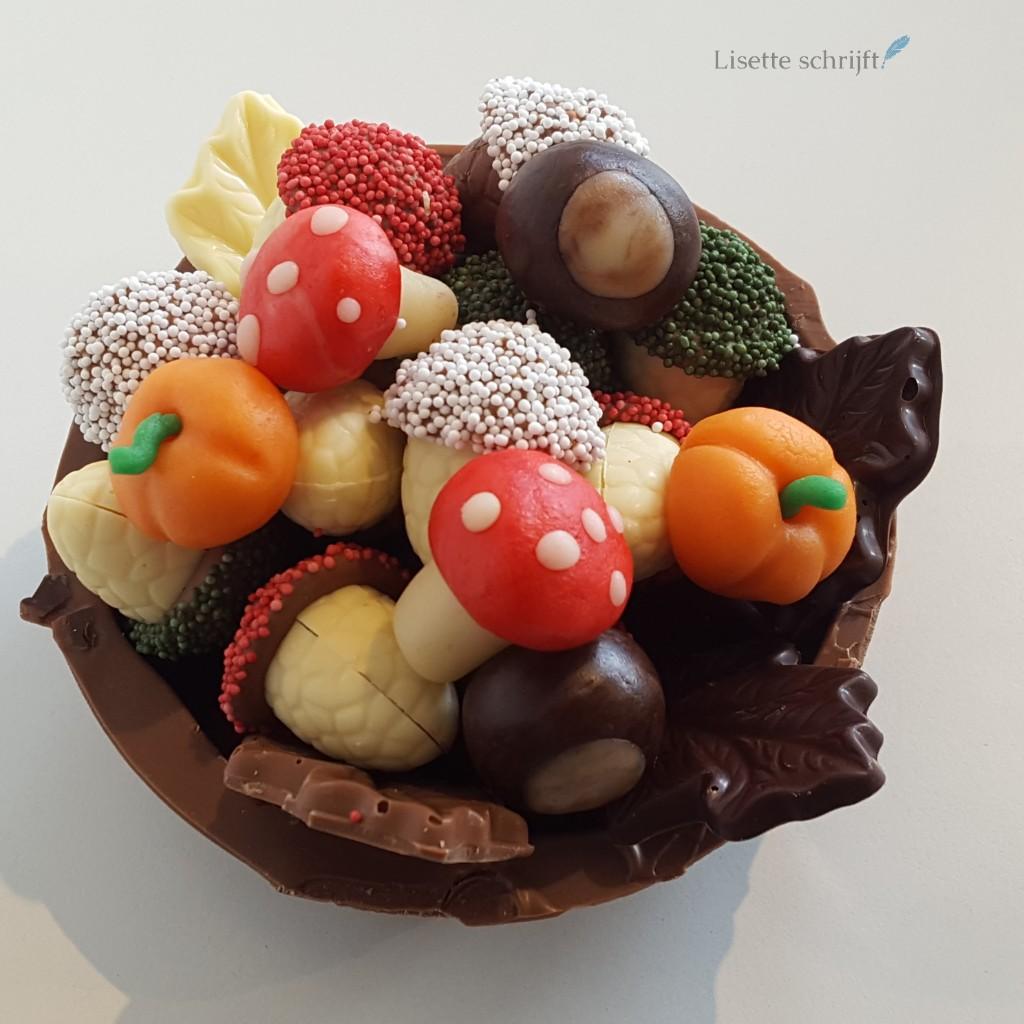 een bakje met herfstchocola en bonbons zelf gemaakt Lisette Schrijft