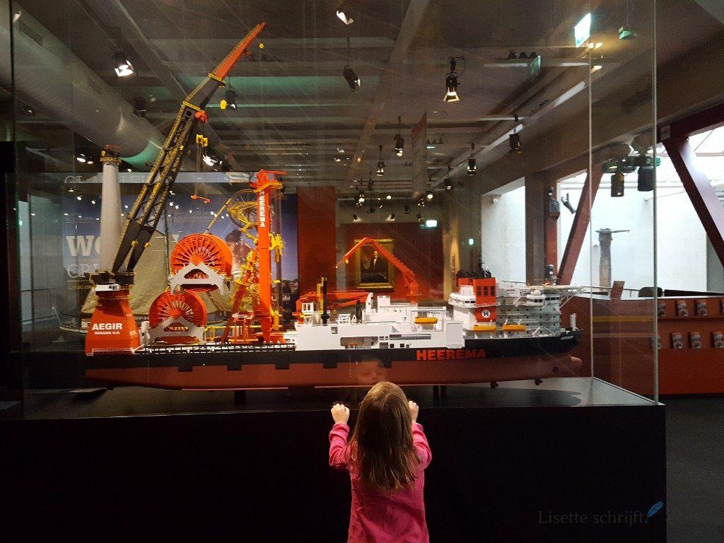 dochter bekijkt schepen in maritiem museum lisette schrijft
