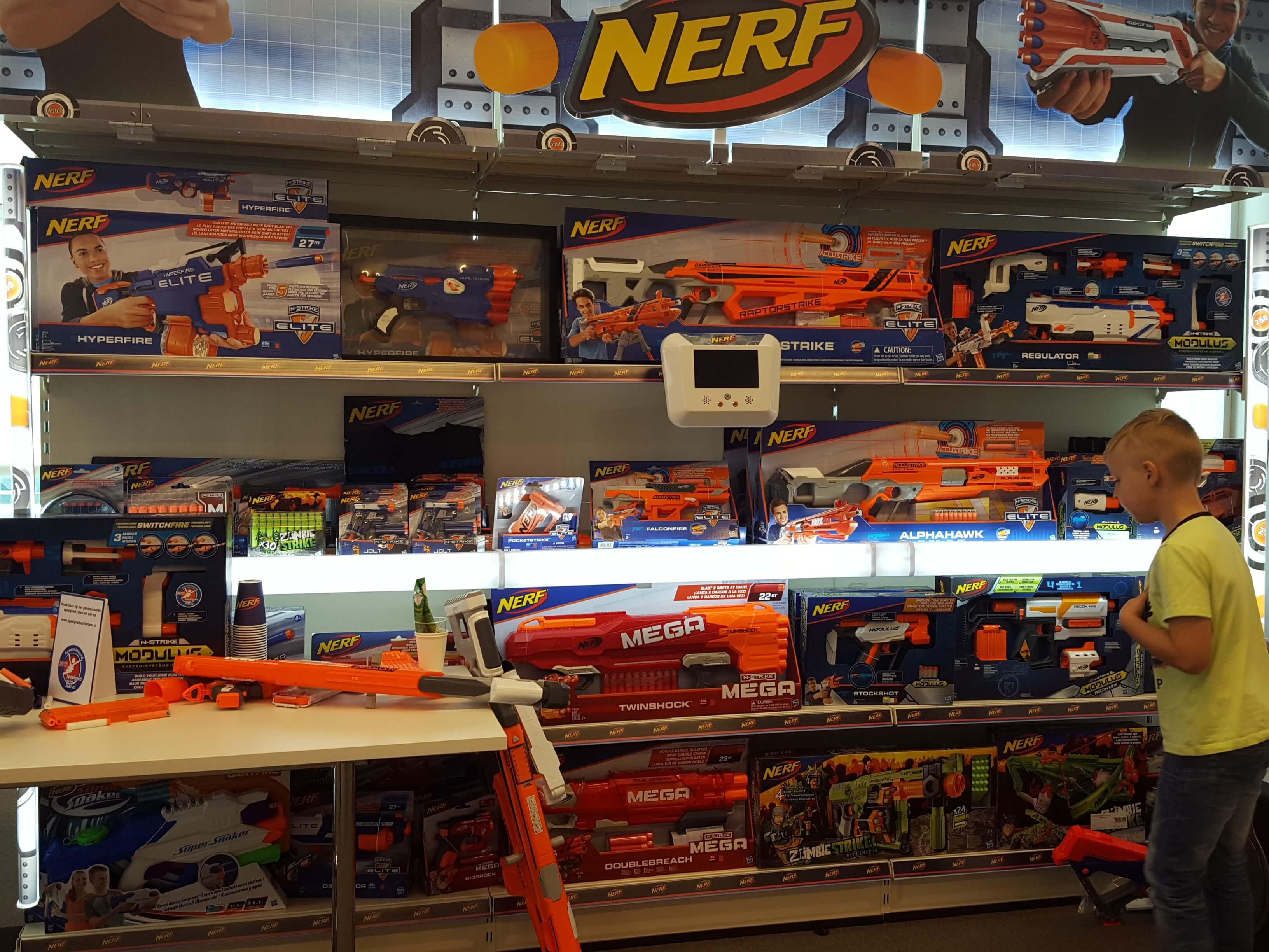 NERF pistolen in de speelgoedwinkel Lisette Schrijft