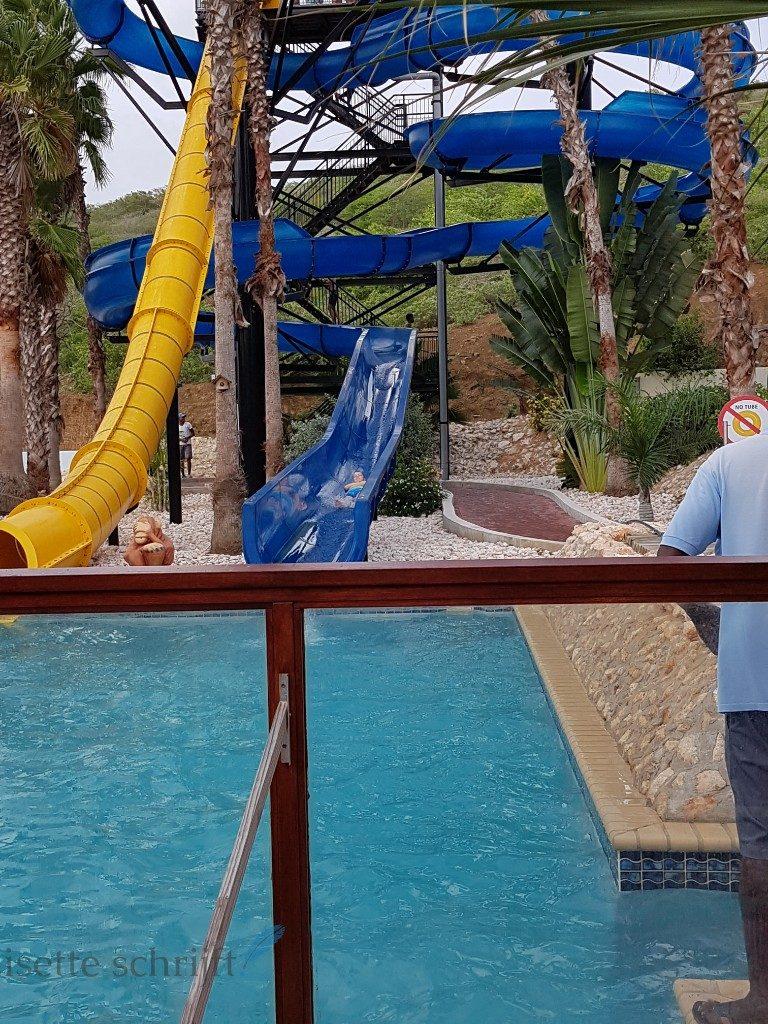 hoge glijbaan bij Kunuku Aqua Resort Curacao Lisette Schrijft