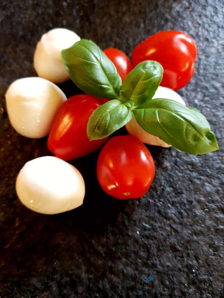 bladerdeeg hapjes met mozzarella en tomaat uit de airfryer Lisette Schrijft