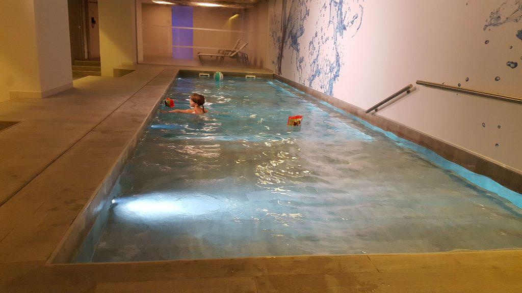 zwembad in het novotel in Brussel Lisette Schrijft