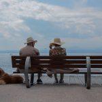 twee oude mensen op een bankje wim en greet Lisette Schrijft