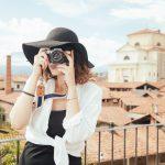 een dame op vakantie met een fototoestel persreis is hard werken Lisette Schrijft