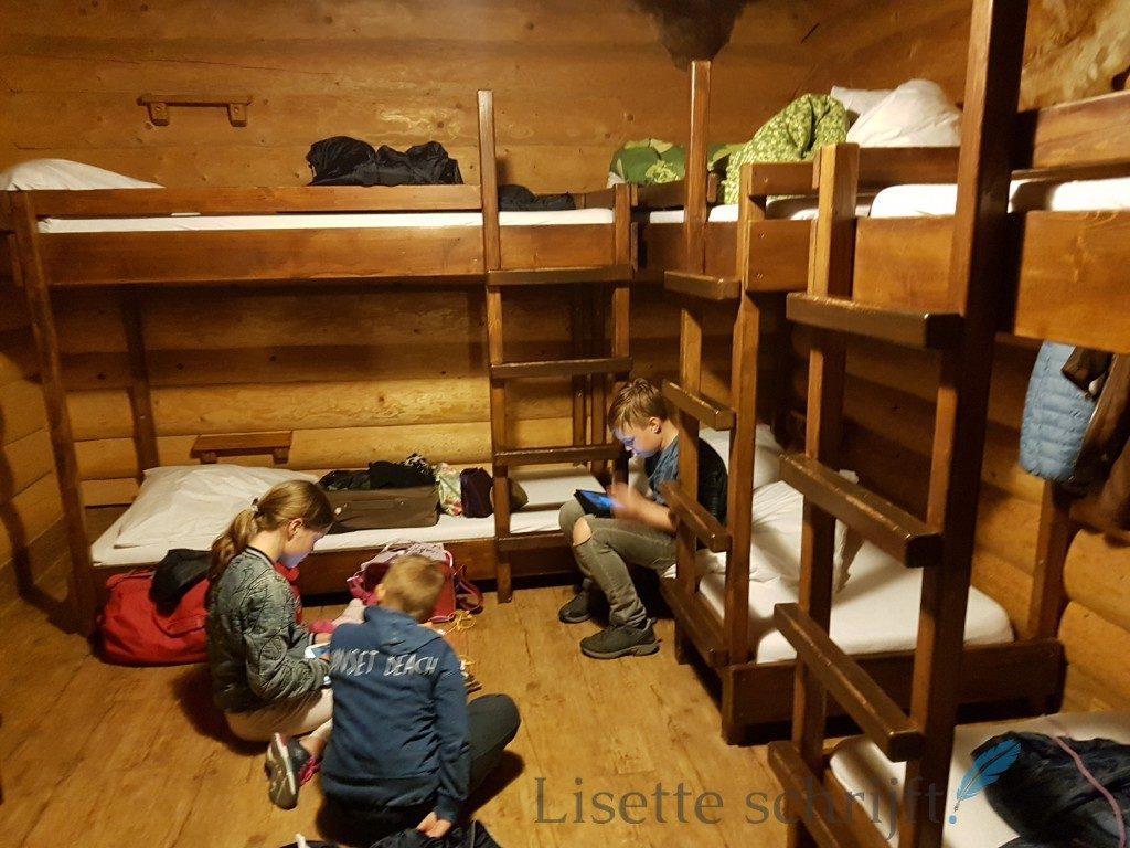 binnenkant van houten blokhut in Europa-Park