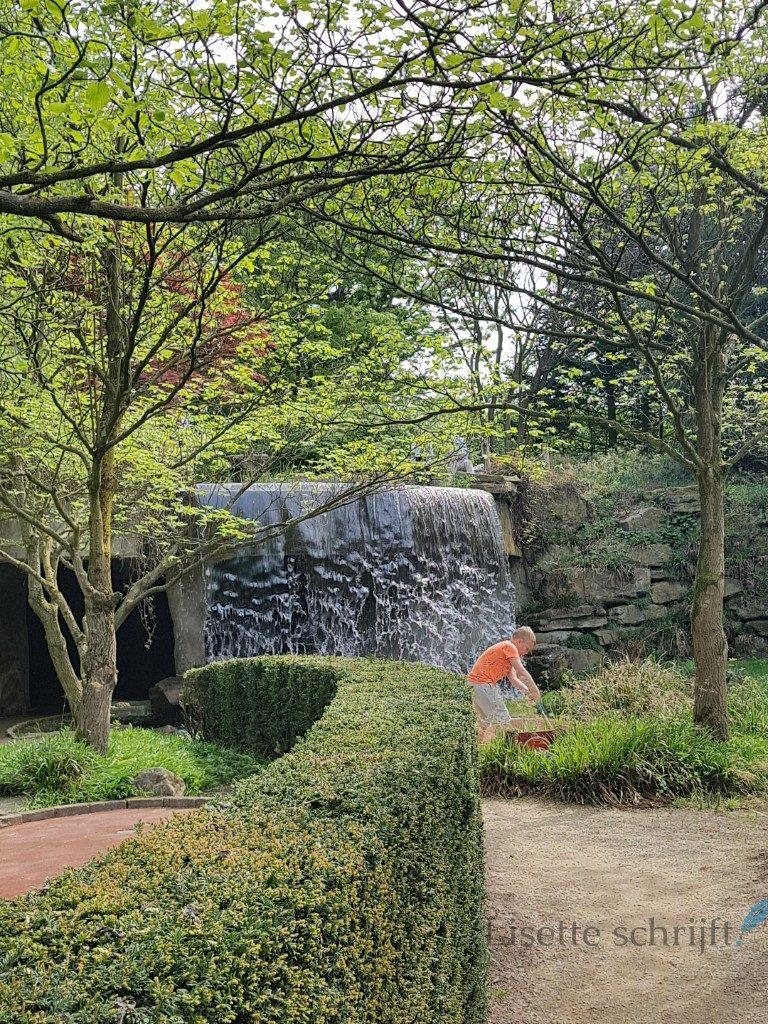 een waterval in de kasteeltuinen in arcen lisette schrijft