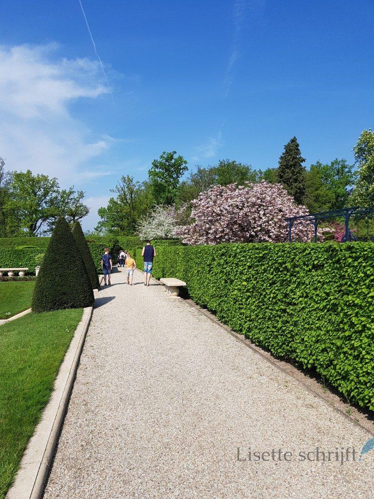 een mooi grindpad in de kasteeltuinen in arcen Lisette Schrijft