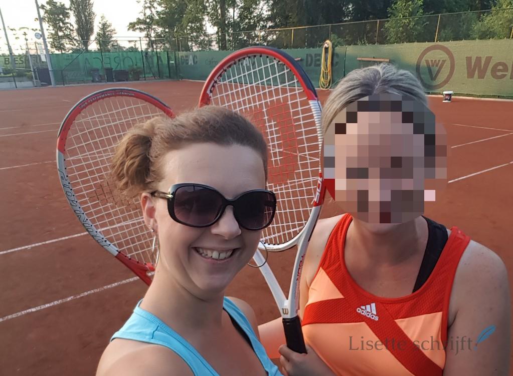 de eerste tennisles met twee vrouwen Lisette Schrijft
