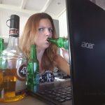 achter de computer met drank op Lisette Schrijft