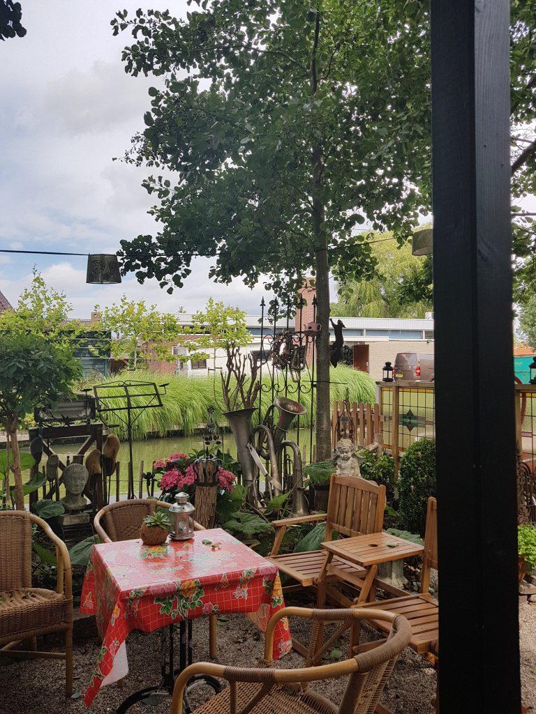 het terras van theetuin de bongaard Lisette Schrijft