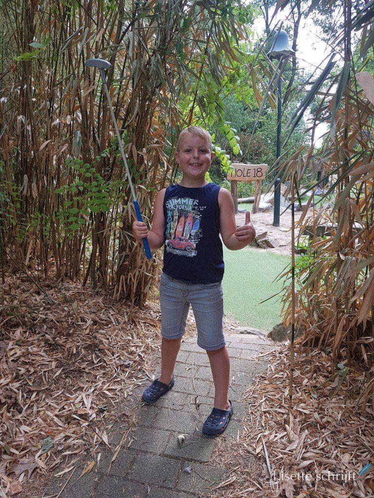 Jongen speelt midgetgolf bij Center Parcs de Kempervennen