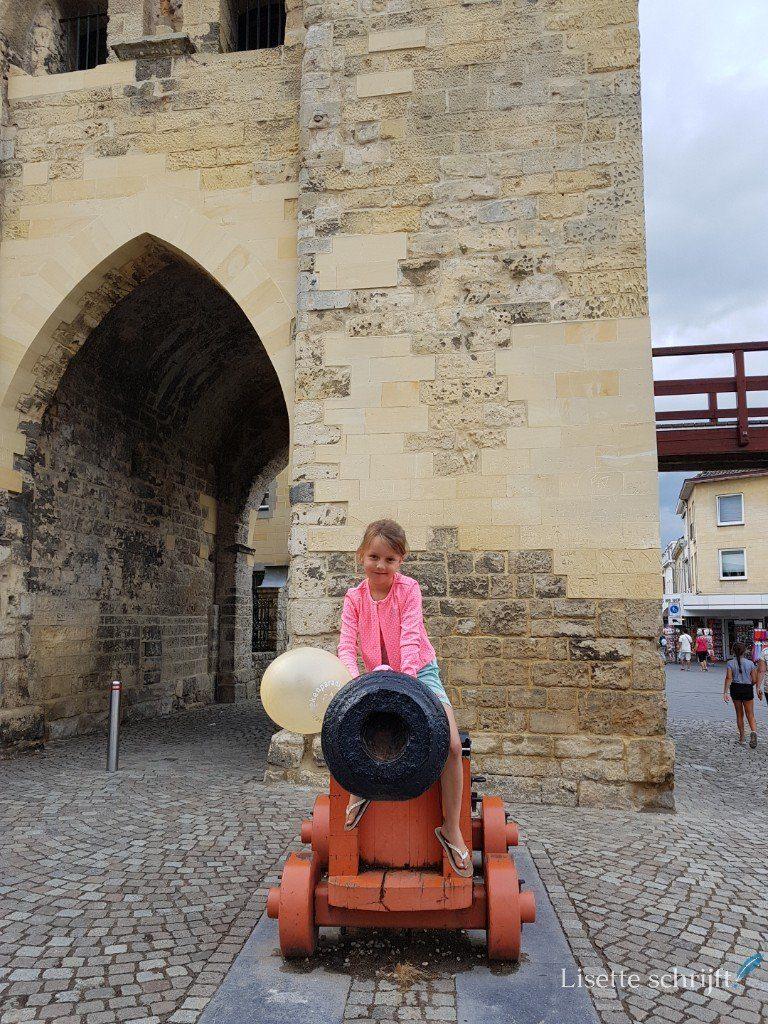 Meisje op een kanon in Valkenburg, Zuid-Limburg