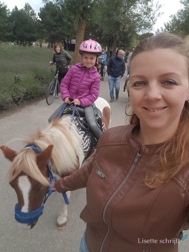 meisje gaat paardrijden en mama begeleidt haar Lisette Schrijft