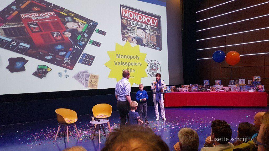 zoon reikt samen met chazia mourali de prijs voor speelgoed van het jaar uit Lisette Schrijft