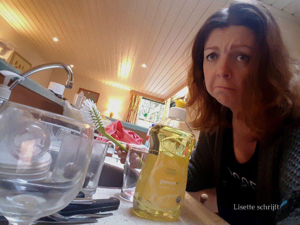 moeder kijkt sip omdat ze moet afwassen bij Center Parcs Lisette Schrijft