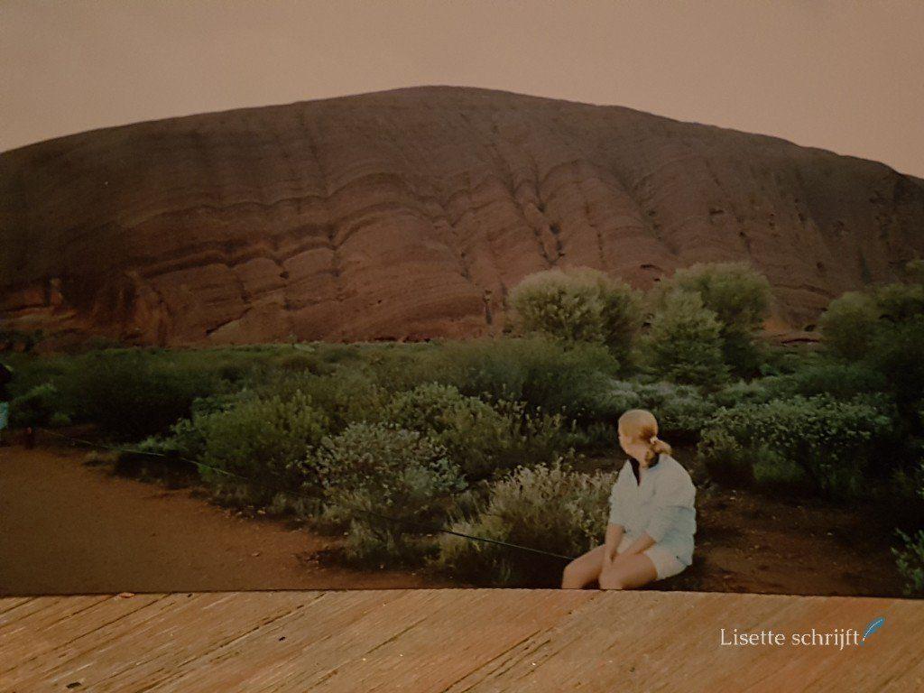 Lisette bij Ayers Rock in Australie