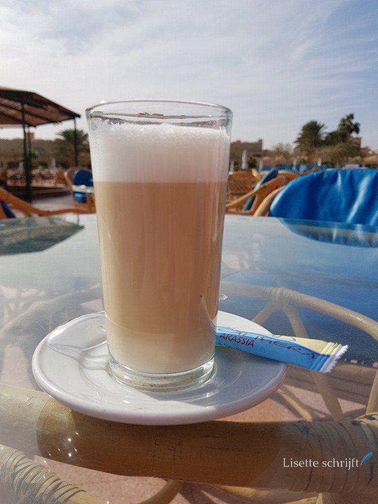 een verse latte macchiato op vakantie in egypte