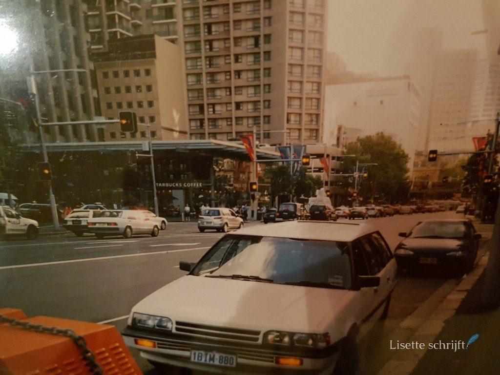 Auto langs de weg in Sydney business district Lisette Schrijft