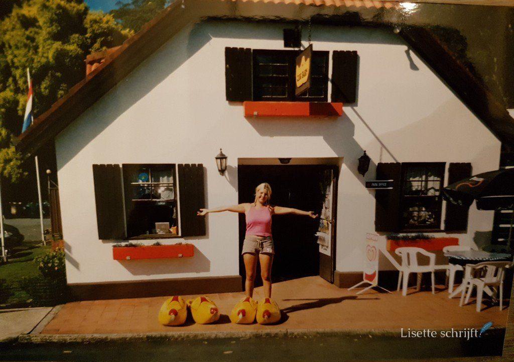 ik sta in grote klompen voor een Nederlandse boerderij in Australie Lisette Schrijft
