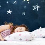 een kind dat in de slaapkamer slaapt Lisette Schrijft