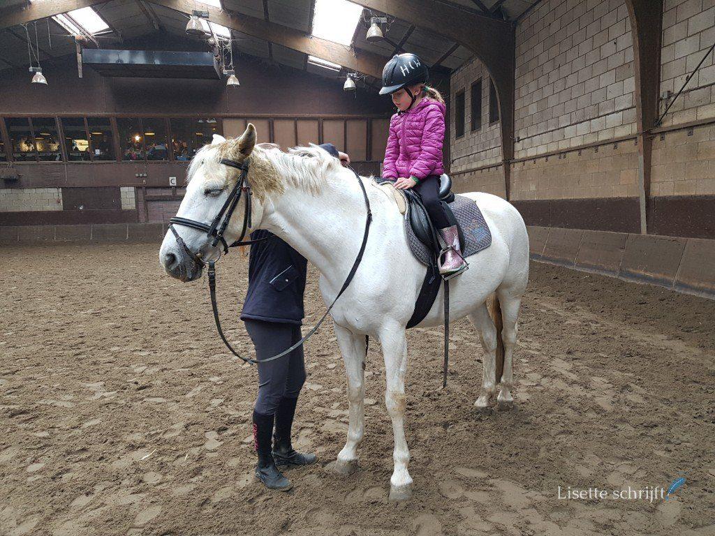meisje gaat paardrijden in een binnenbak Lisette Schrijft