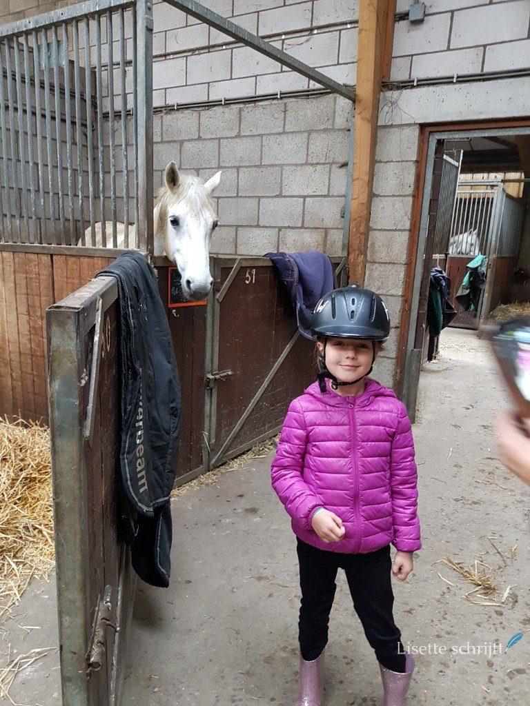 meisje is klaar voor paardrijden Lisette Schrijft