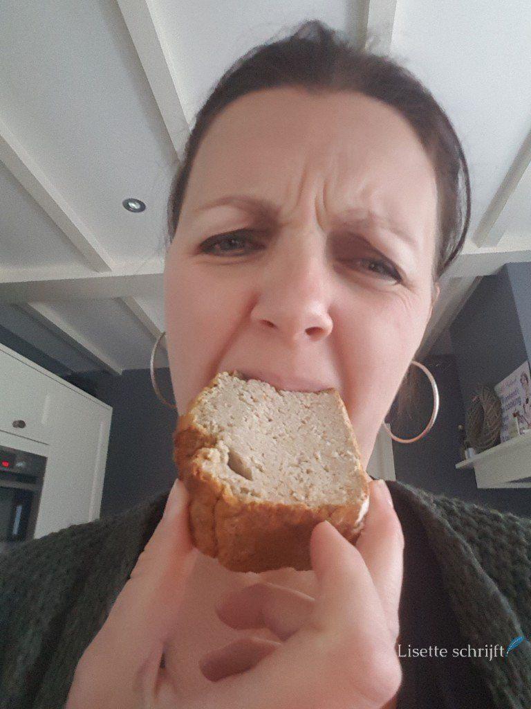vrouw eet cake die niet lekker is Lisette Schrijft