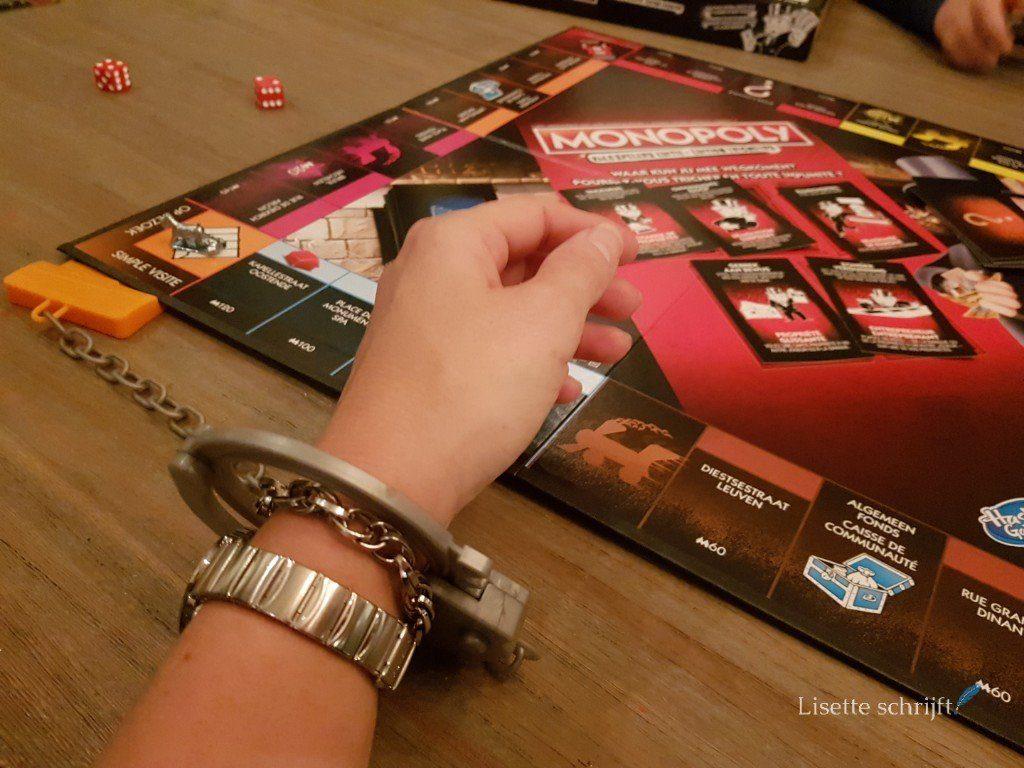 handboeien om bij monopoly valsspelers editie Lisette Schrijft