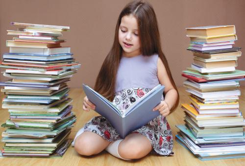 een slim meisje met twee hoge stapels boeken