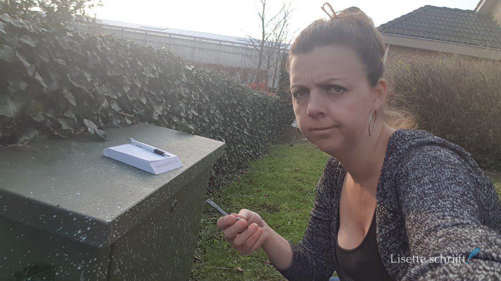 vrouw bij kastje met gasmeter