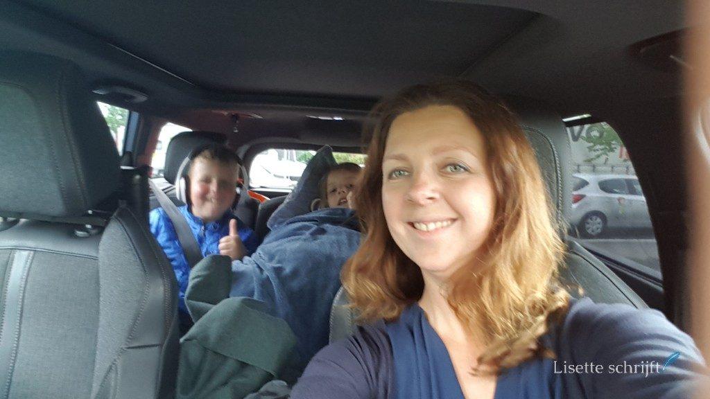 Moeder met kinderen in de auto