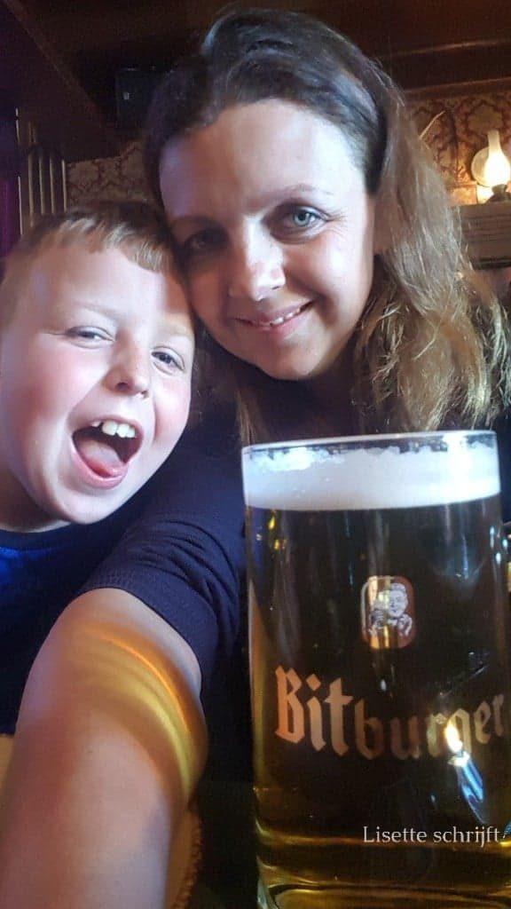 Moeder geniet van een grote Duitse pul bier