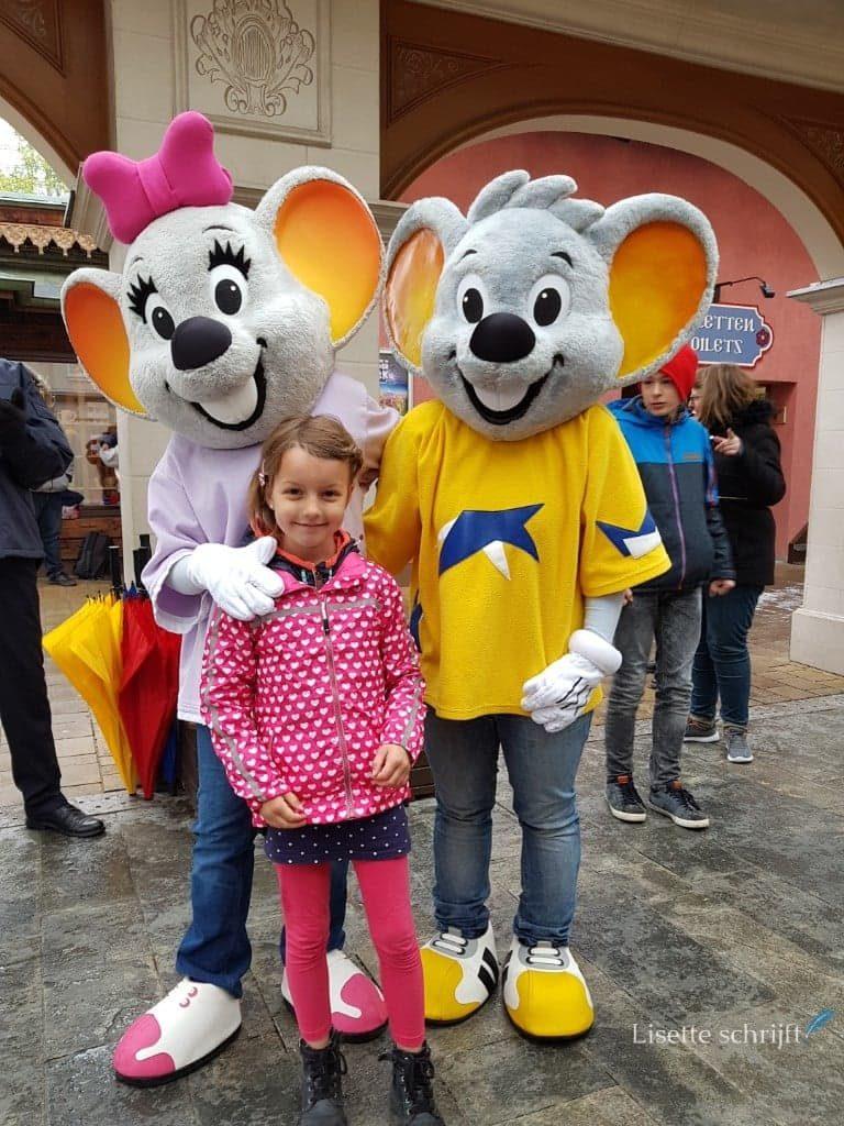 Meisje op de foto met de mascotte van Europa-Park