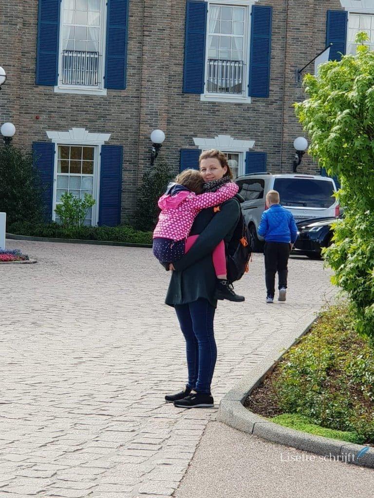 Meisje wordt getild door de moeder alleen op reis met kinderen