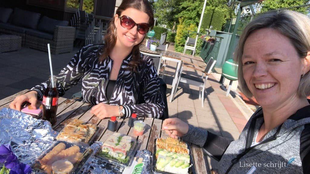 sushi eten bij de tennisvereniging